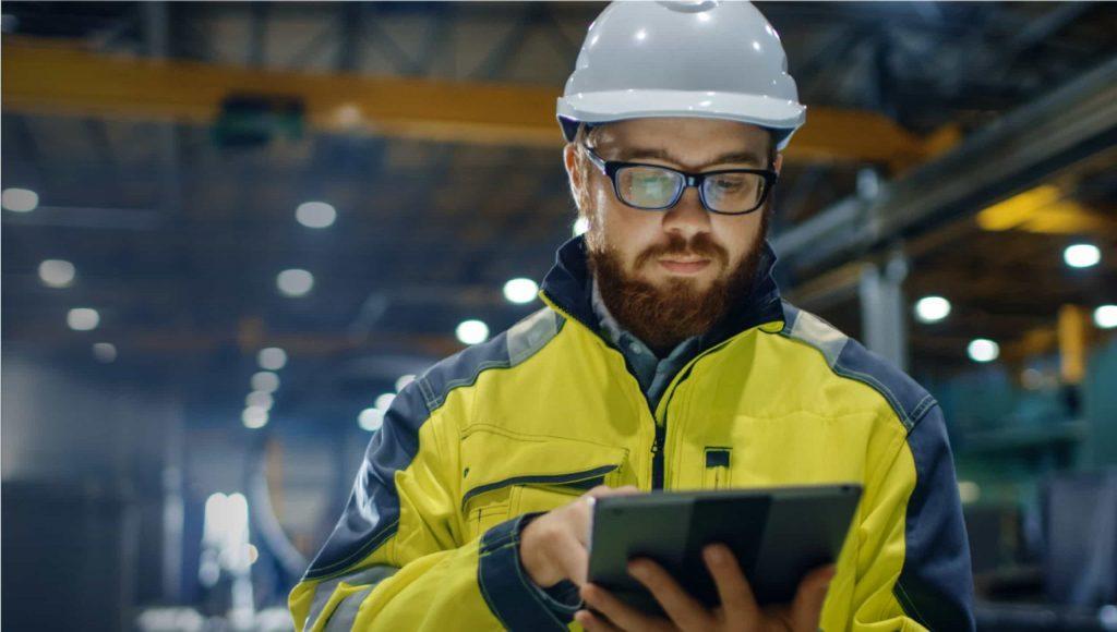 Hombre capturando datos en tableta
